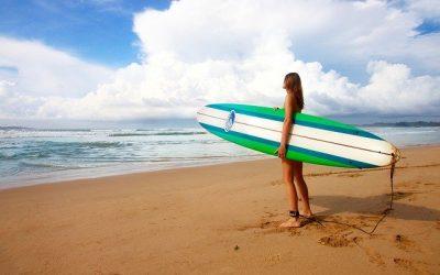 Surfer à travers le monde : la formule et les bases pour le maitriser